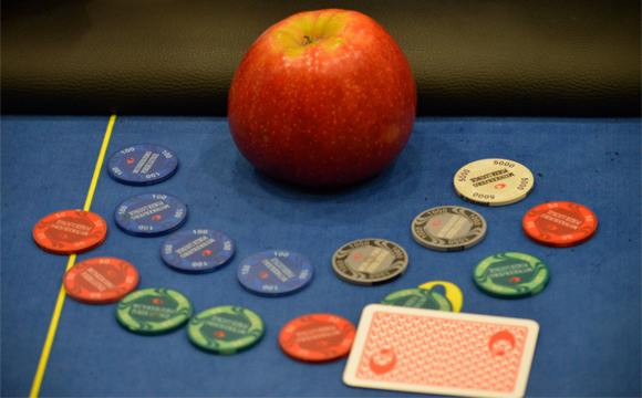 Artikel foto: Man ser 99,9% sikkert et æble foran Thomas Quaade