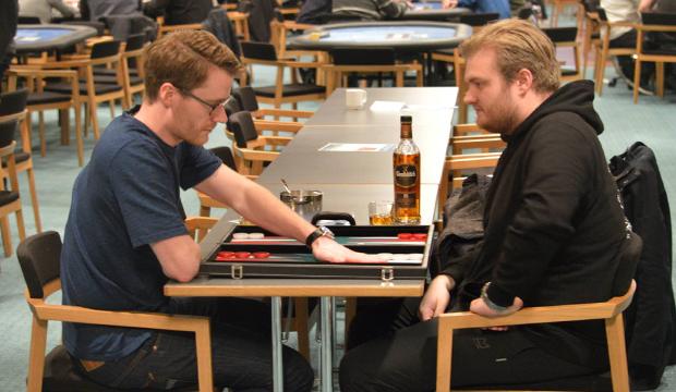 Artikel billede: xx og Henrik Hecklen på backgammon besøg